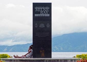 アロタウの海辺に立つ太平洋戦争記念碑